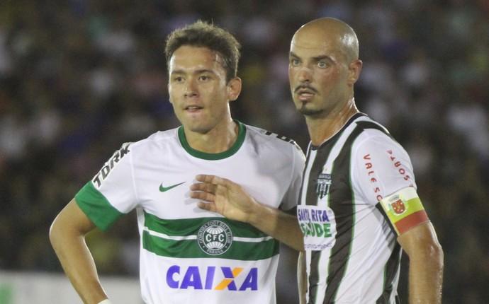 Keirrison é bem marcado por Léo Maringá (Foto: Divulgação/ Site oficial Coritiba)