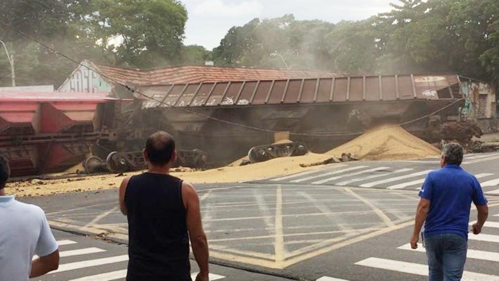 Trem carregdo com soja descarrilou no centro de Rio Preto (Foto: Arquivo pessoal)