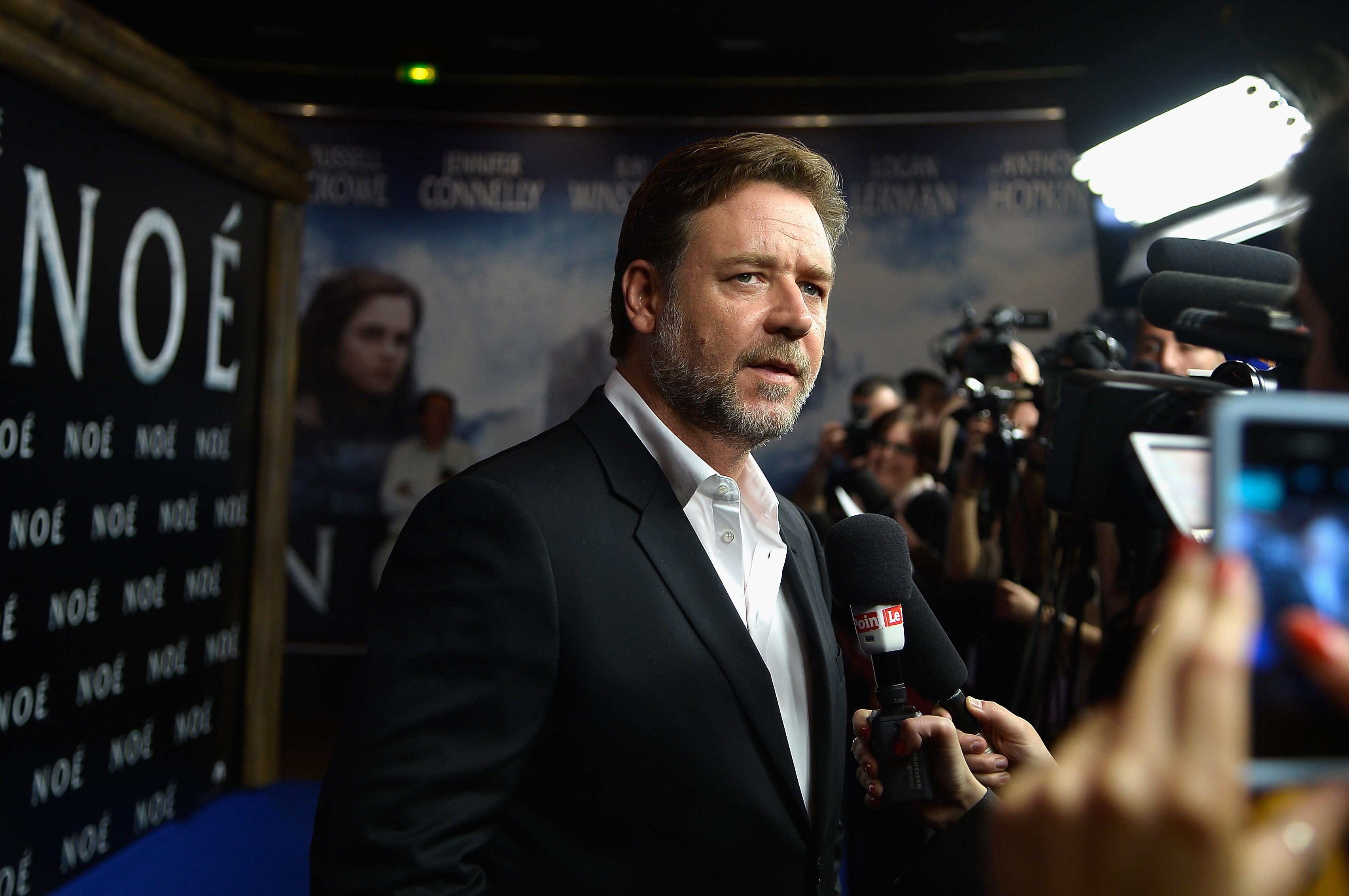 Russell Crowe deslocou um ombro no set de 'A Luta Pela Esperança' e atrasou a produção em um mês, após passar por cirurgia e fisioterapia. (Foto: Getty Images)