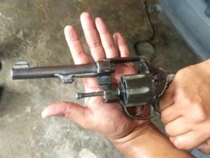 Arma apreendida com jovem no bairro Mangueira (Foto: Divulgação/Polícia Militar)