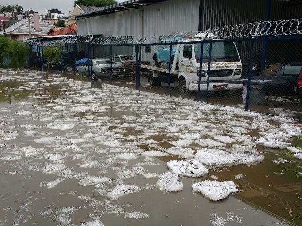 Granizo no Bairro Boa Vista, em Curitiba, formou blocos no chão  (Foto: Rogério Dourado Félix / Arquivo pessoal )