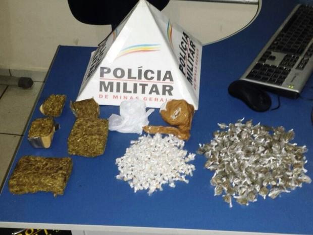 Parte da droga apreendida estava enterrada no quintal da casa (Foto: Divulgação / Polícia Militar)