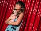 De shortinho e pernas de fora, Sabrina Sato posa com cachorrinho
