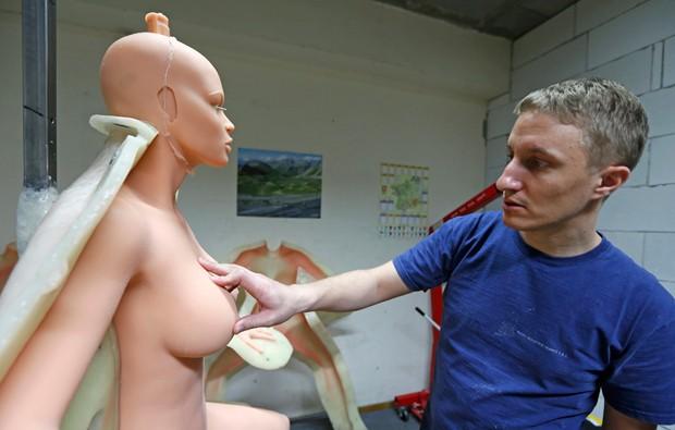 Empresa fabrica bonecas sexuais hiper-realistas que são vendidas por 5.500 euros (Foto: Vincent Kessler/Reuters)