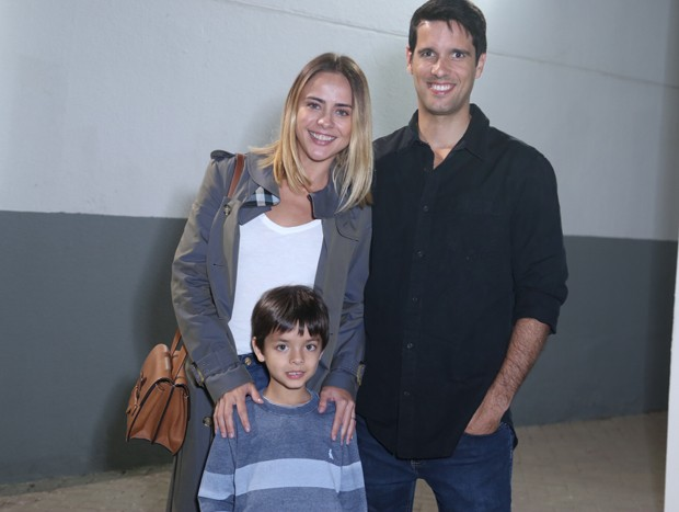 Juliana Silveira com John Vergara e o filho, Bento (Foto: Anderson Borde/AgNews)