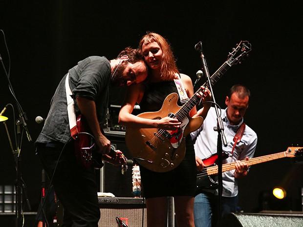 Mallu Magalhães e Marcelo Camelo em momento romance durante a apresentação da Banda do Mar no Festival de Verão (Foto: Raphael Dias/Gshow)
