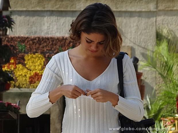 Amora recebe a carta de irmã e não quer nem ler o que está escrito (Foto: Sangue Bom/TV Globo)