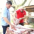 Amigos assam 30 kg de carne em piquete (Rafaella Fraga/G1)