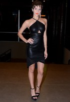 Isabella Santoni usa vestido preto de couro para ir a show
