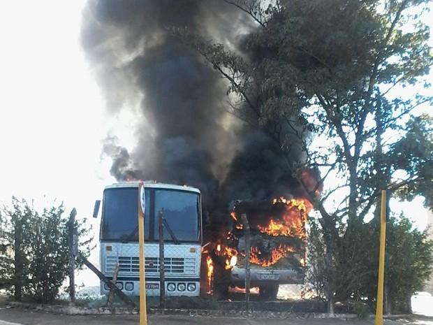 Incêndio destruiu ônibus na tarde desta terça-feira (Foto: Cedida / Paulo Rocha)