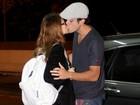 Paolla Oliveira ganha beijo do namorado antes de embarcar
