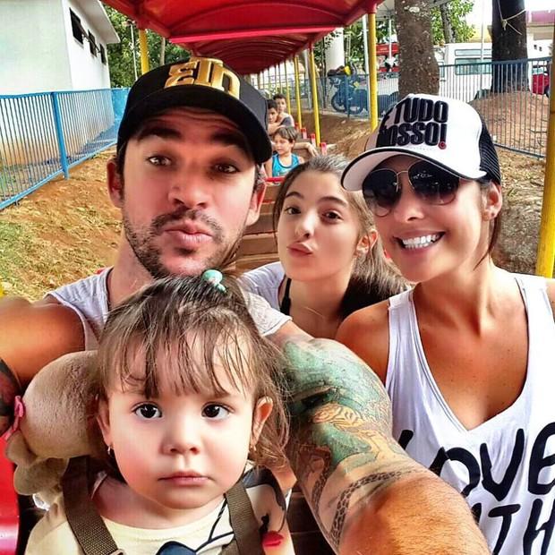 Rodrigo Carvalho e Thais Machado com os filhos (Foto: Reprodução/Facebook)