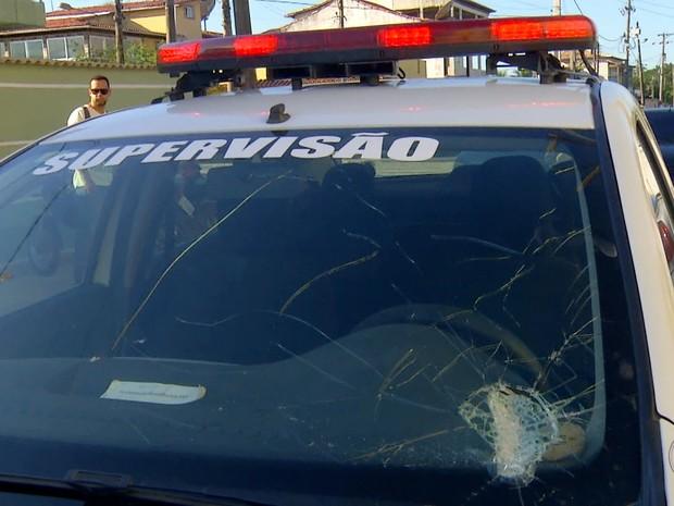 Carro da Guarda Civil também foi atingido durante a confusão em Araruama (Foto: Reprodução/Inter TV)