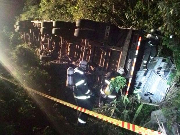 Caminhão tombou nesta madrugada em Cunha Porã (Foto: PRF/Divulgação)