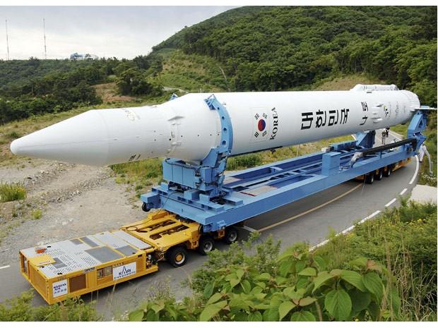 O foguete KSLV-1 (do inglês Korea Space Launch Vehicle ou 'Veículo de Lançamento Espacial da Coreia') é transportado para a plataforma de lançamento do Centro Espacial Naro, em Goheung, a 485 quilômetros ao sul de Seul. A Coreia do Sul planeja relançar o  (Foto: Korea Aerospace Research Institute via AP)