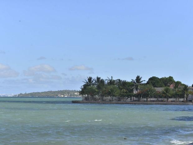 Da orla de Itaparica é possível ver a silhueta das construções de Salvador (Foto: Josemar Pereira/Ag Haack)