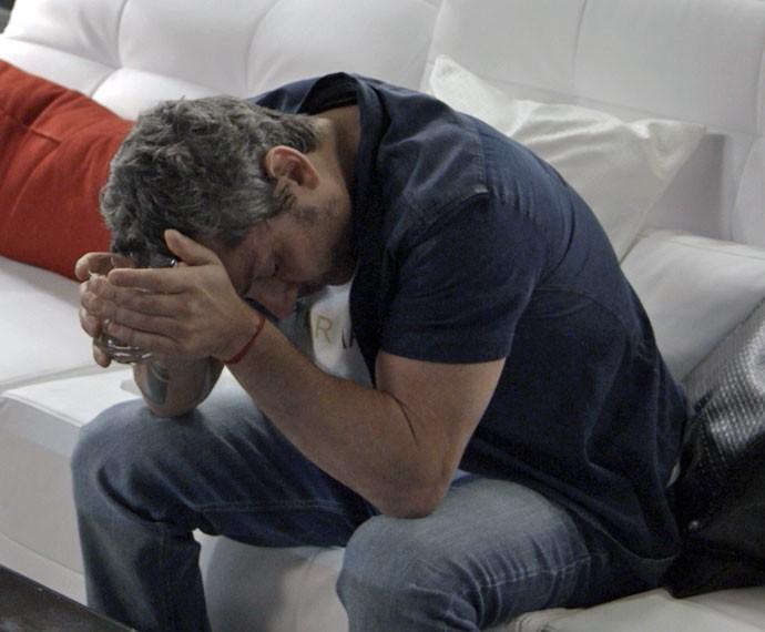 Romero fica inconsolável com suposta morte de Tóia (Foto: TV Globo)