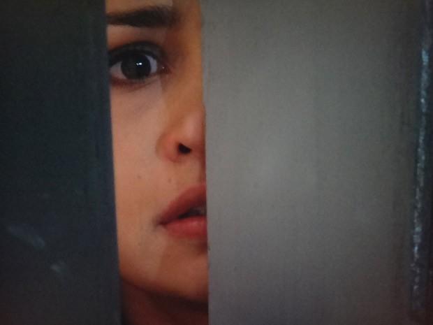 Morena leva um susto ao ver Wanda no salão (Foto: Salve Jorge/T Globo)