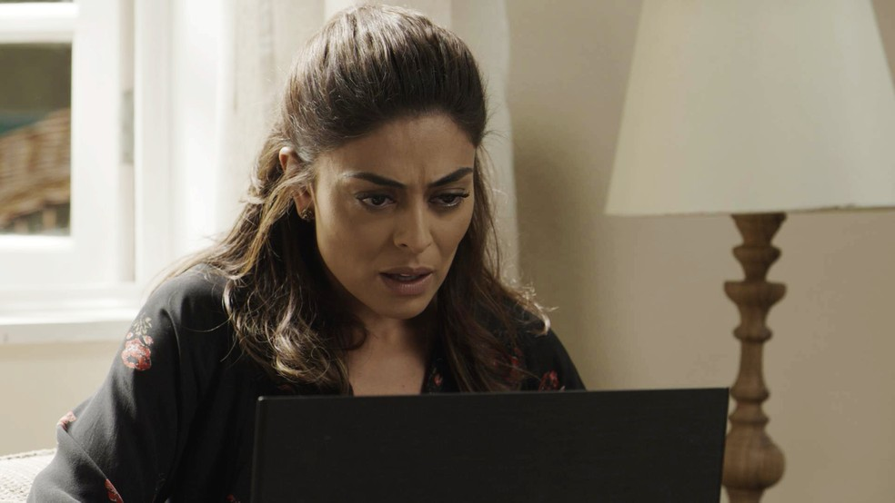 Bibi (Juliana Paes) decide dar uma geral no computador de Rubinho (Emilio Dantas) para tentar encontrar algo que possa tirar seu marido da prisão (Foto: TV Globo)