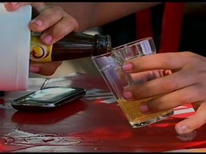 Ingestão de bebida em Petrolina, PE (Foto: Reprodução/ TV Grande Rio)