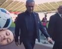 Mourinho acaba com festa de torcedor do Swansea que equilibrava bola na cabeça