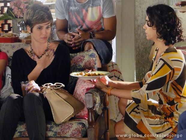 Aisha não consegue comer dobradinha feita por Delzuite (Foto: Salve Jorge/TV Globo)