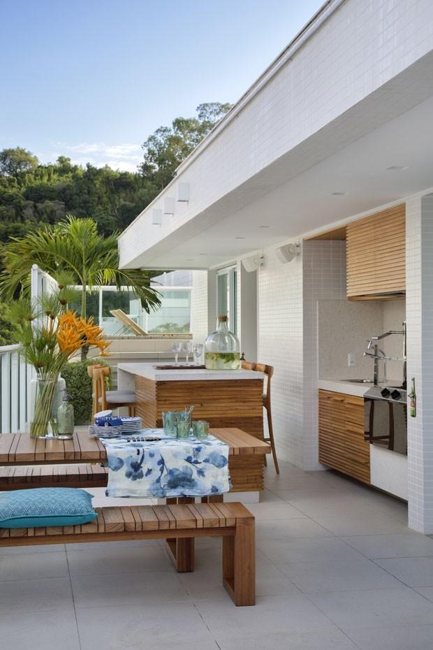 Décor do dia: varanda com churrasqueira e vista para a praia (Foto: MCA ESTÚDIO)