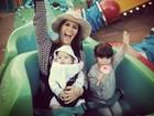 Fernanda Pontes se diverte com os filhos em parque de diversões
