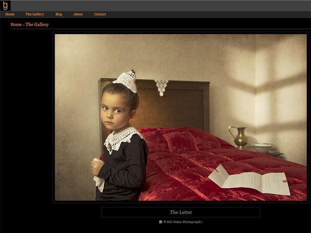 Athena, 5, posa como modelo de seu pai, o fotógrafo australiano Bill Gekas, em retrato que faz alusão a pintura clássica do século XVII (Foto: Reprodução/billgekas.com)