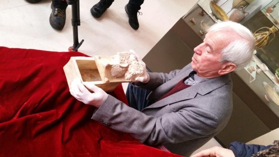 Professor Kasimir Popkonstantinov e a caixa de mármore que pode conter a ossada de João Batista (Foto:  George Busby)
