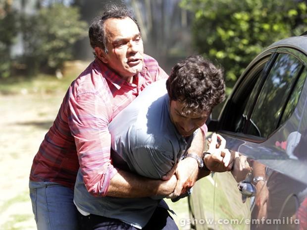 Virgílio tenta impedir que Laerte vá embora e bate ainda mais nele (Foto: Carol Caminha / TV Globo)