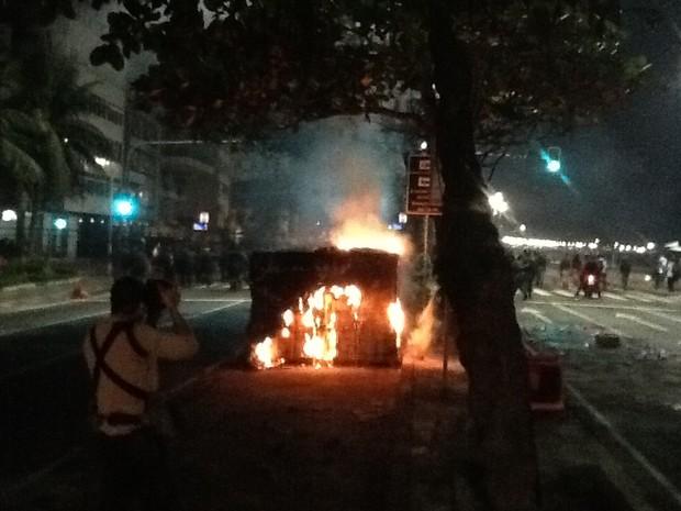 Manifestantes atearam fogo em objetos na Avenida Delfim Moreira (Foto: Luís Bulcão/G1)
