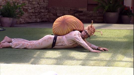 Ilmar rasteja pelo gramado durante dinâmica do Castigo do Monstro