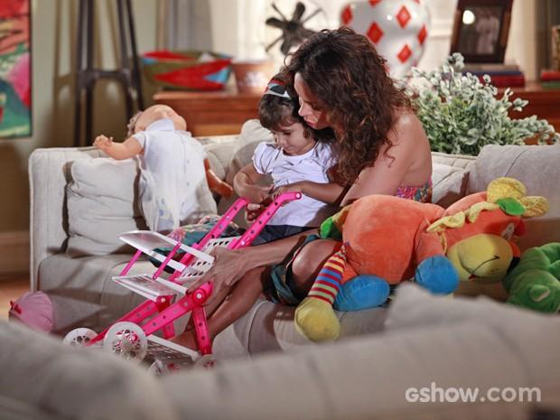 Na trama, Juliana quer adotar Bia e já trata a menina como sua filha (Foto: Ellen Soares/ TV Globo)