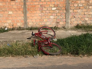 Suspeitos estavam em uma bicicleta, que foi abandonada há poucos metros da casa do PM (Foto: Inaê Brandão/G1)