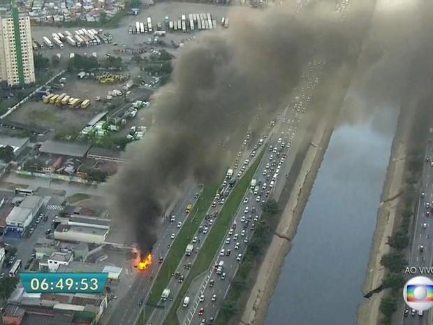 Incêndio em ônibus interdita a pista local da Marginal Tietê no sentido Rodovia Castello Branco, antes da Ponte do Tatuapé, na manhã desta terça-feira (12) (Foto: Reprodução/TV Globo)