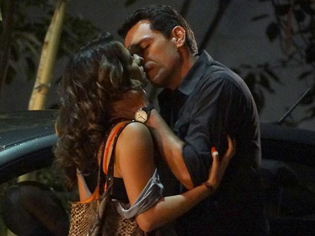 Théo e Morena dão um beijão após fazerem as pazes (Foto: Salve Jorge/TV Globo)