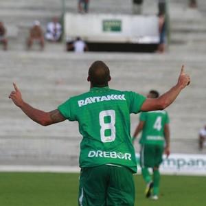 Eder Sciola marcou três gols na goleada do Cuiabá sobre o Botafogo-PB (Foto: Kleide Teixeira/Jornal da Paraíba)