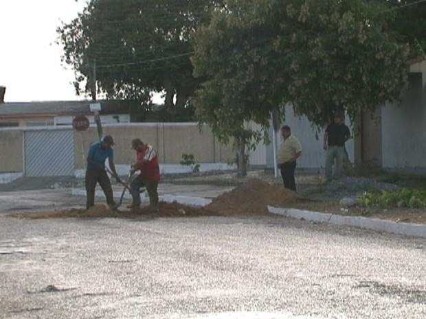 Uma equipe esteve no local para tapar este e outro buraco na Rua Buenos Aires. (Foto: Reprodução/ TV Asa Branca)