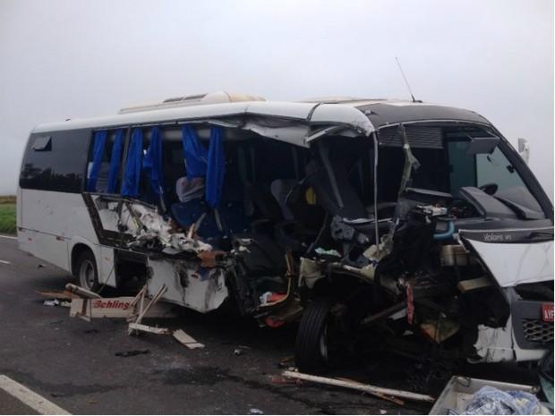 Duas pessoas morreram e cinco ficaram feridas em acidente na BR-376 (Foto: Luiz Fernando Silveira/ RPCTV)