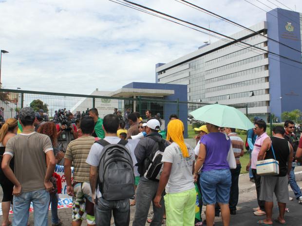 Manifestantes pretendem acampar no local em frente à Assembleia (Foto: Girlene Medeiros/G1 AM)