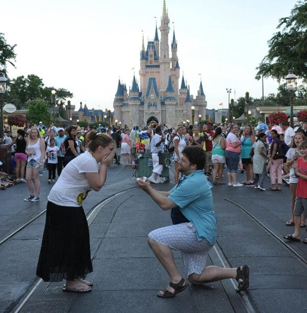 Depois da foto desastrosa, amigo finalmente conseguiu registrar pedido de casamento adequadamente (Foto: Reprodução/Imgur/SpnkyHappy)