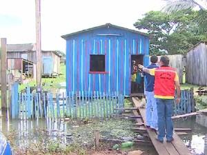 Defesa Civil retira famílias no Bairro São Sebastião, em Porto Velho (Foto: Reprodução/TV Rondônia)