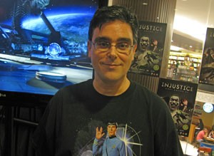 O dublador Guilherme Briggs dubla o Superman nos desenhos e filmes há 16 anos e empresa sua voz ao personagem em 'Injustice' (Foto: Gustavo Petró/G1)