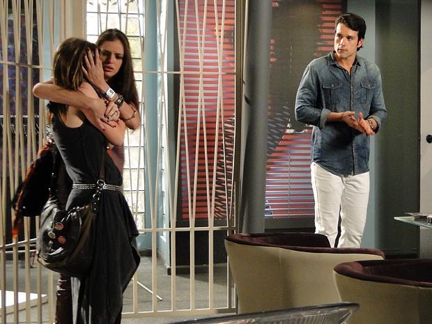 Lia pede perdão a Ju depois de se desvencilhar das garras de Lobo (Foto: Malhação / TV Globo)
