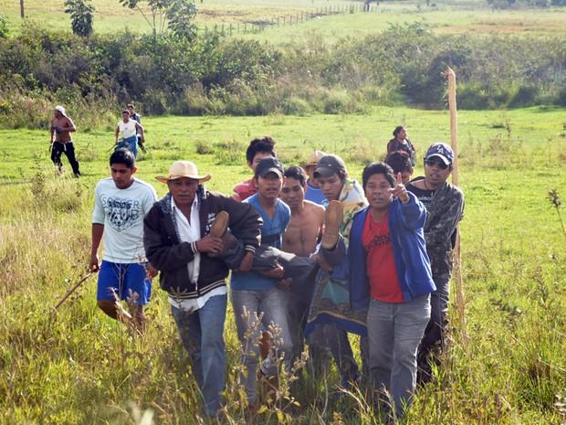 Indígena ferido durante confronto é socorrido (Foto: Tatiane Queiroz/G1 MS)