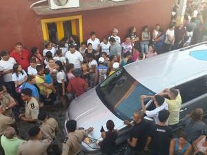 Parentes, amigos, policiais militares e curiosos compareceram ao velório de Meirylane Thaís (Foto: Giuliano Roque/TV Cabo Branco)