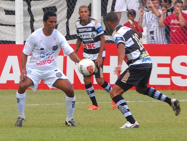 Chicão, do União Barbarense, faz marcação em jogador do XV de Piracicaba (Foto: Cláudio Mariano / Diario SBO)