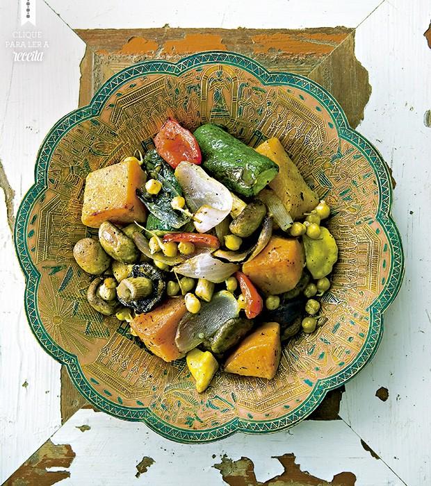 Cogumelos e brotos germinados garantem uma dose extra de sabor e nutrientes para os vegetais mediterrâneos assados  (Foto: StockFood / Gallo Images Pty Ltd.)