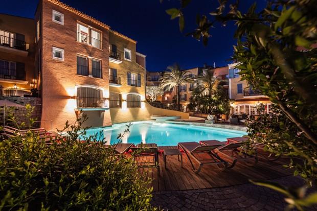 A piscina na área externa do hotel cinquentenário (Foto: Divulgação)